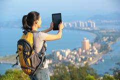 Frauenwanderer, der Foto macht Stockbild