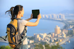 Frauenwanderer, der Foto macht Lizenzfreies Stockbild