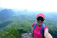 Frauenwanderer, der Foto mit Digitalkamera macht Lizenzfreies Stockbild