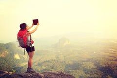 Frauenwanderer, der Foto mit Digitalkamera macht Lizenzfreie Stockfotografie