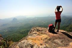 Frauenwanderer, der Foto mit Digitalkamera macht Stockfotos