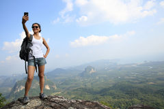 Frauenwanderer, der Foto mit Mobiltelefon macht Stockbild