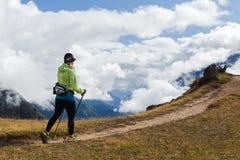 Frauenwanderer, der in Himalaja-Berge, Nepal geht Stockbild