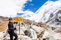Frauenwanderer, der in Himalaja-Berge, Nepal geht Lizenzfreies Stockbild