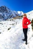 Frauenwanderer, der in Himalaja-Berge, Nepal geht Lizenzfreies Stockfoto