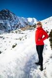Frauenwanderer, der in Himalaja-Berge, Nepal geht Stockfotografie
