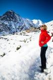 Frauenwanderer, der in Himalaja-Berge, Nepal geht Stockfoto