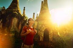 Frauenwanderer, der mit Rucksack reist und Sonnenuntergang VI genießt Lizenzfreie Stockfotos