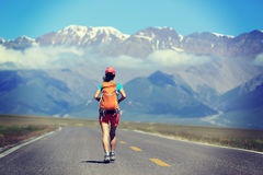 Frauenwanderer, der am schönen Gebirgspfad wandert Stockfotografie