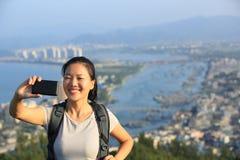 Frauenwanderer, der Selbstfoto macht Stockbilder