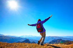Frauenwanderer an der Sonnenaufgangbergspitze Stockbilder