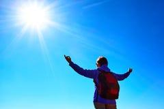 Frauenwanderer an der Sonnenaufgangbergspitze Lizenzfreie Stockbilder