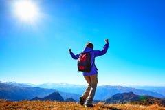 Frauenwanderer an der Sonnenaufgangbergspitze Stockfoto