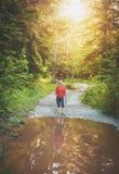 Frauenwanderer, der in Waldtourismuskonzept geht Lizenzfreie Stockfotografie