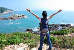 Frauenwanderer genießen sehen stockfotos