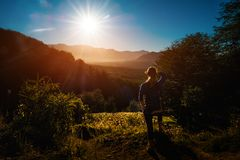 Frauenwanderer genießt Sonnenaufgang stockbilder