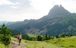 Frauenwanderer mit ` Ossau Pic du Midi s d in den französischen Pyrenäen lizenzfreie stockfotos