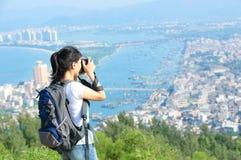 Frauenwanderer/-photograph im Freien Lizenzfreies Stockbild