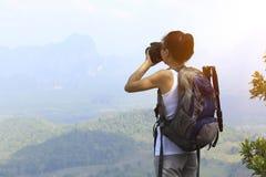 Frauenwanderer/-photograph im Freien stockbild