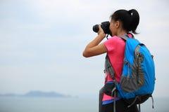 Frauenwanderer/-photograph im Freien Lizenzfreie Stockfotos