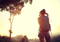 Frauenwanderer/-photograph im Freien Stockfotos
