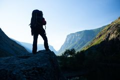 Frauenwanderer steht mit Rucksack stockbilder