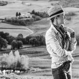 Frauenwanderer in Toskana, die Abstand untersucht Lizenzfreie Stockbilder