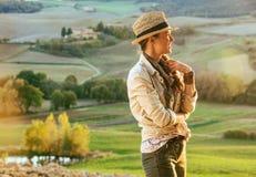 Frauenwanderer in Toskana, die Abstand untersucht Lizenzfreie Stockfotos