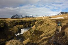 Frauenwanderungen in der isländischen Landschaft lizenzfreie stockfotos