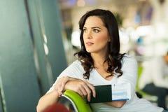 Frauenwarteflug Lizenzfreie Stockbilder