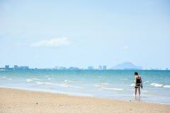 Frauenweg auf dem Strand Stockfotos