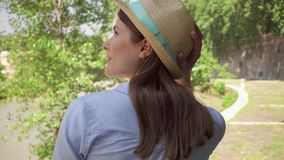 Frauenweg entlang Ufergegend in der Zeitlupe Hinter der Ansicht des weiblichen Reisenden die Ferien im Freien genießend stock video footage