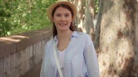 Frauenweg entlang Ufergegend in der Zeitlupe Weiblicher Reisender drehen sich herum und lächeln zu ihrem Freund stock video