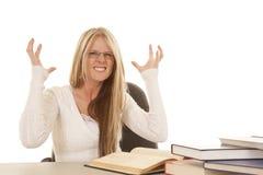 Frauenweiße Spitzenbücher frustriert lizenzfreies stockfoto