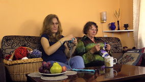 Frauenwindgarn in Ball- und Großmutterende stricken Wollsocke stock footage