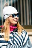Frauenwinter-Kleidungsschnee Winterurlaube in den Bergen stockbild