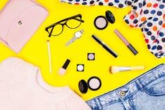 Frauenwinterkleidung, Zubehör und bildet Produkte auf buntem Hintergrund Stockfotografie