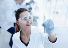 Frauenwissenschaftler mit dem Reagenzglas, das Forschung im klinischen Labor macht stockfotografie
