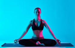 Frauenyoga exercices Padmasana-Lotussitz Stockfotos