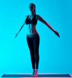 Frauenyoga exercices Tadasana-Gebirgshaltung Stockbilder