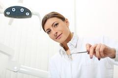 Frauenzahnarzt mit Spiegel stockbild