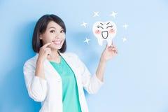 Frauenzahnarztnehmen-Zahnbrett Stockbilder