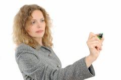 Frauenzeichnung etwas auf Bildschirm mit einer Feder Lizenzfreie Stockbilder