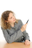Frauenzeichnung etwas auf Bildschirm mit einer Feder Stockfotografie