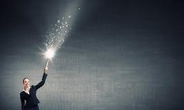 Frauenzeichnung mit Laternenlicht Stockfotografie