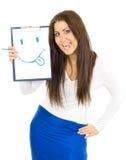 Frauenzeichnungslächeln und ihr toungue heraus hängen Lizenzfreie Stockfotos