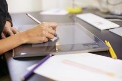 Frauenzeichnungsskizzen auf Computer Stockbild