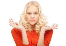 Frauenzucken hilflos mit ihren Schultern lizenzfreie stockfotografie
