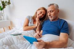 Fraugefühl dankbar beim mit Ehemann online kaufen lizenzfreie stockfotos