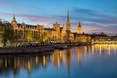 Fraumà ¼nster och horisont för St Peter Church och Zurich på natten royaltyfri fotografi